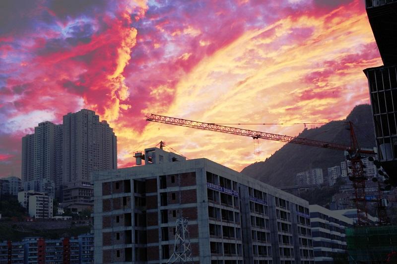 图5:县城晚霞满天。唐探峰摄于巫山县城。