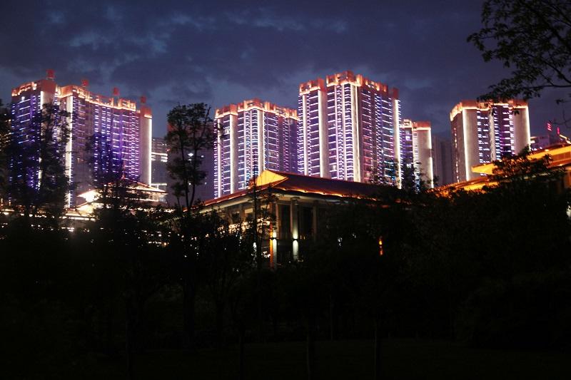 图7:县城大厦耸彩。唐探峰摄于巫山县城大宁湖。