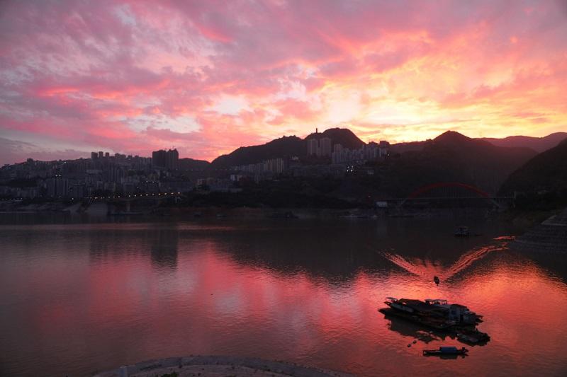 图8:县城平湖唱晚。唐探峰摄于巫山县城大宁湖。