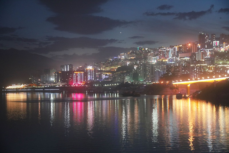 图10:县城夜景灿烂。唐探峰摄于巫山县城。