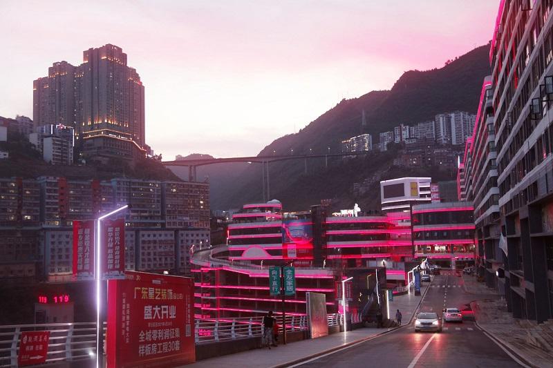 图1:晚霞恋城夜景更灿烂。2021年7月8日旁晚,唐探峰摄于巫山县城。