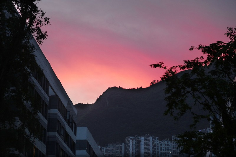 图4:FM广场满天霞。20221年7月8日旁晚,唐探峰摄于巫山县城FM广场。