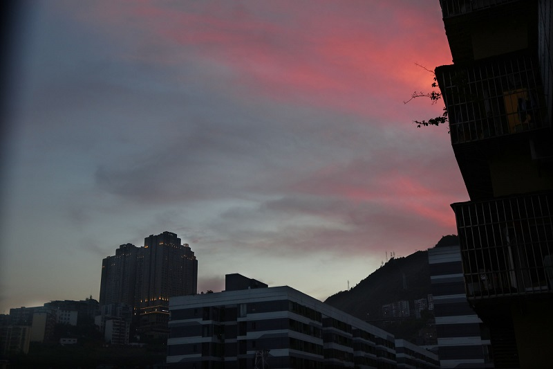 图6:城市高楼迎晚霞。2021年7月8日旁晚,唐探峰摄于蒲公英县城东城。