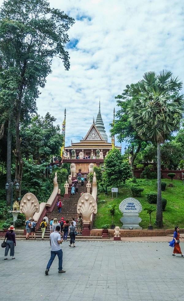 金边塔山寺前的广场
