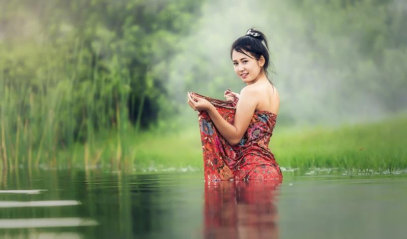 在沐浴中的柬埔寨少女