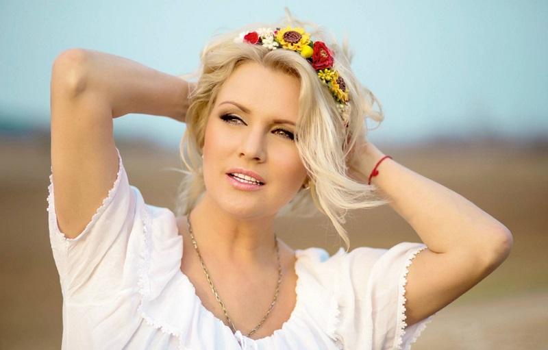 戴花的白俄美女