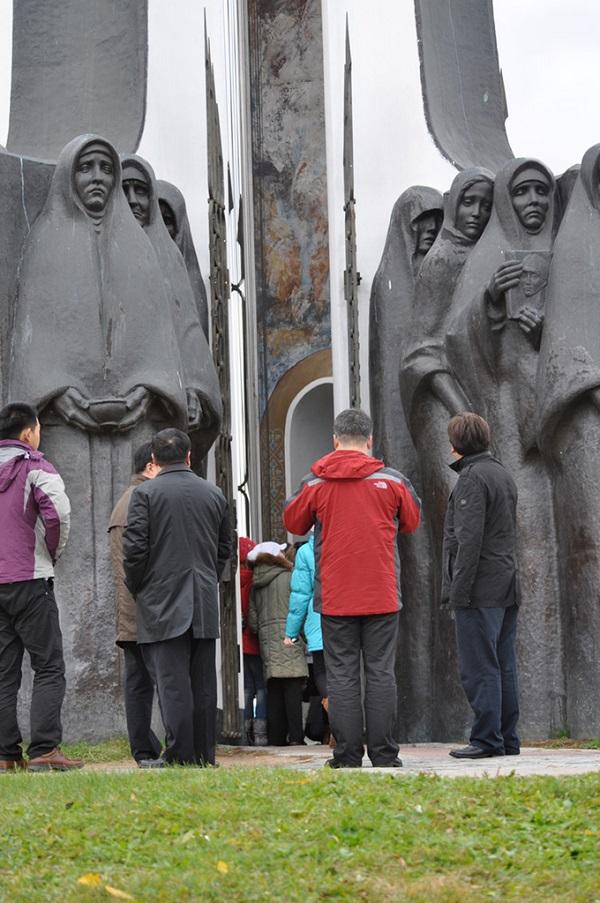 纪念碑雕塑前