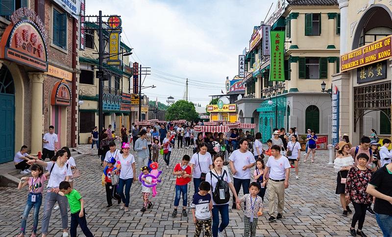 横店影视城香港街上的游客