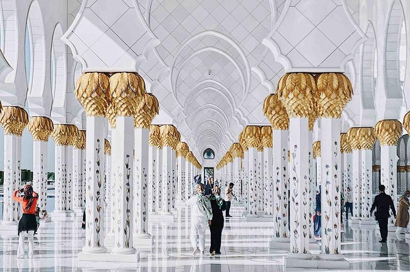 阿布扎比大教堂内的廊柱以及游人们