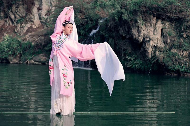 赤水河上杨柳的古装戏表演