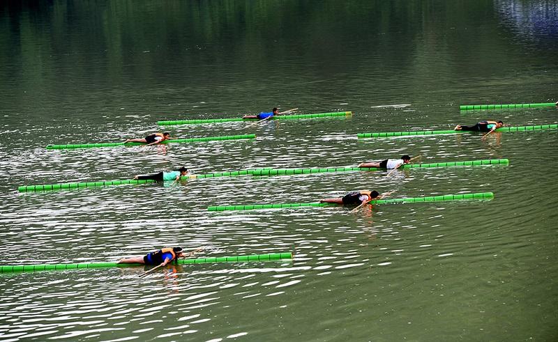 贵州赤水上的全民健身运动-独竹漂