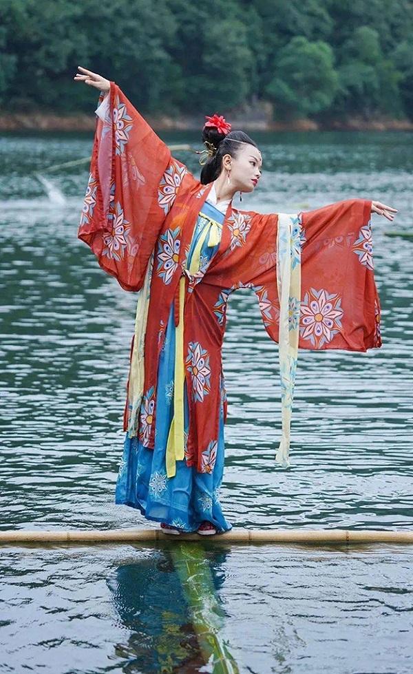 杨柳在穿古装表演独竹漂