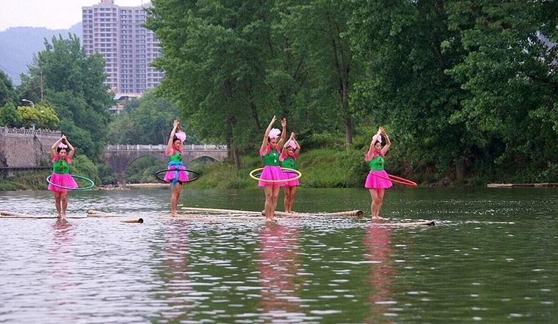 在水上转呼拉圈的姑娘们