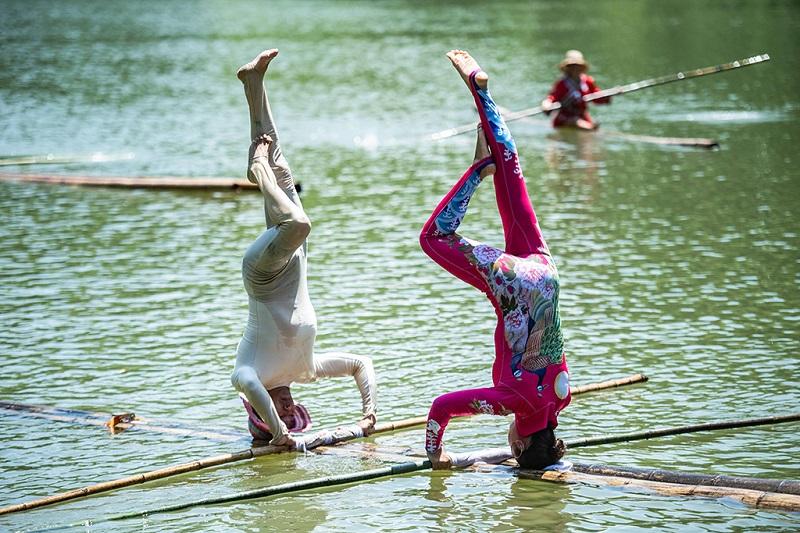 遵义市红花岗区独竹漂协会会员在进行展示