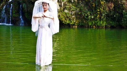"""赤水河上的""""水上芭蕾""""——独竹漂(图)"""