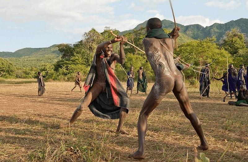 埃塞俄比亚原始部落男人在比武