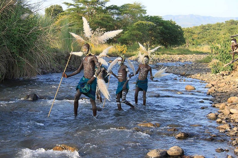 东非大裂谷里在玩耍的孩子们
