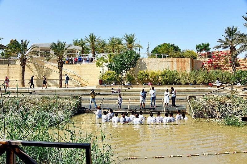 约旦河耶稣洗礼处接受洗礼