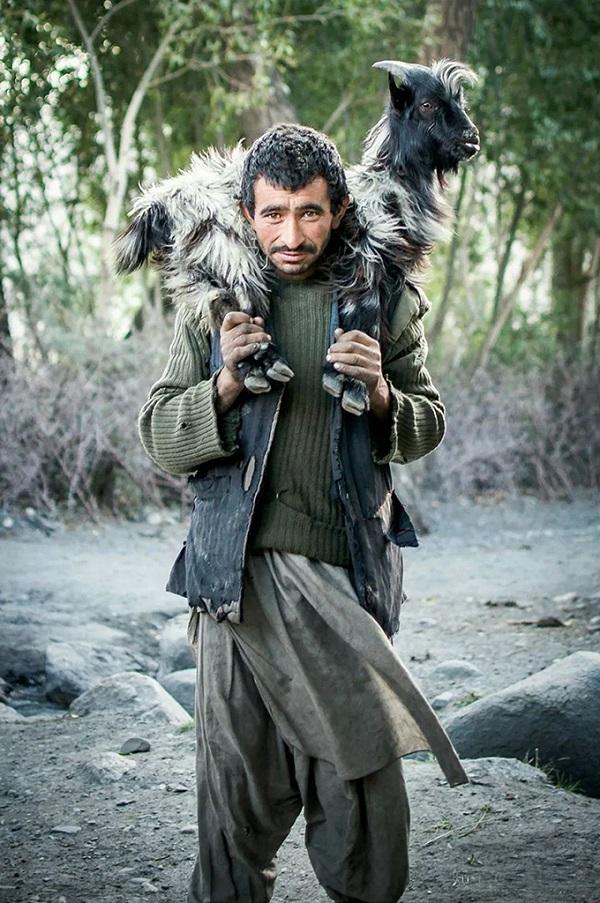 肩膀上扛着羔羊的瓦罕男人