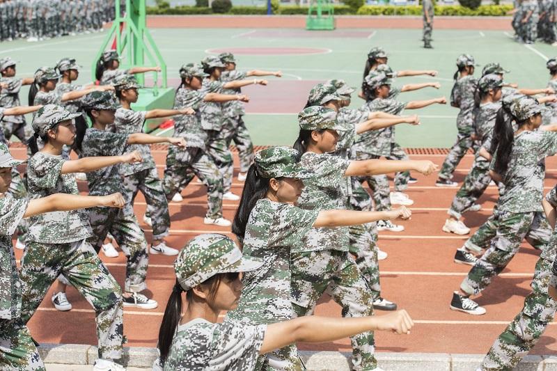2、2021年8月28日,广西梧州商贸学校2021级2200多名学生正在学校操场上开展为期一周的军训。(何华文)