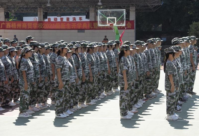 3、2021年8月28日,广西梧州商贸学校2021级2200多名学生正在学校操场上开展为期一周的军训。(何华文)