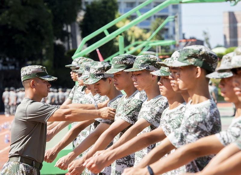 4、2021年8月28日,广西梧州商贸学校2021级2200多名学生正在学校操场上开展为期一周的军训。(何华文)