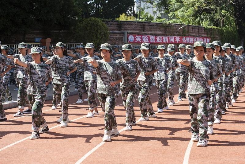 5、2021年8月28日,广西梧州商贸学校2021级2200多名学生正在学校操场上开展为期一周的军训。(何华文)