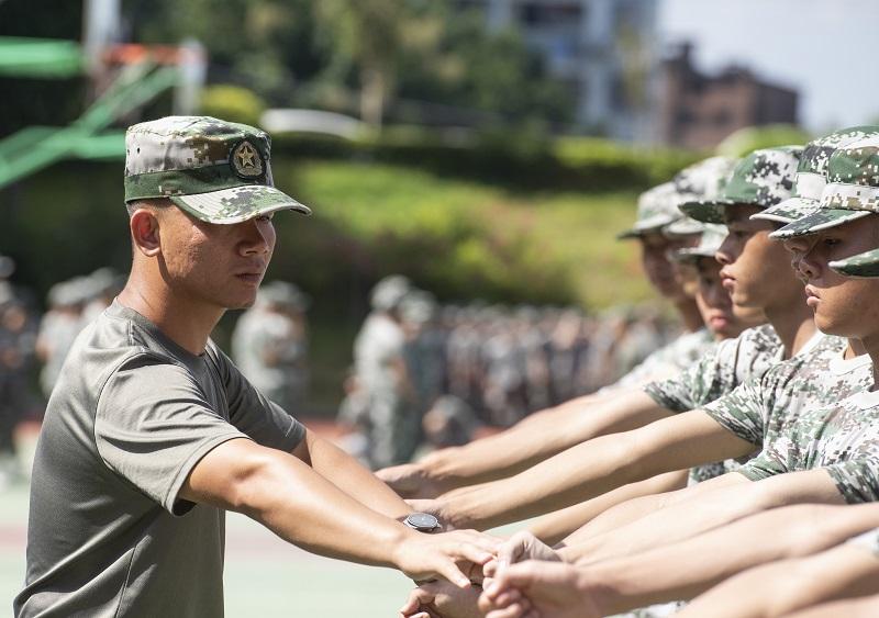 6、2021年8月28日,广西梧州商贸学校2021级2200多名学生正在学校操场上开展为期一周的军训。(何华文)