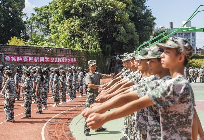 7、2021年8月28日,广西梧州商贸学校2021级2200多名学生正在学校操场上开展为期一周的军训。(何华文)