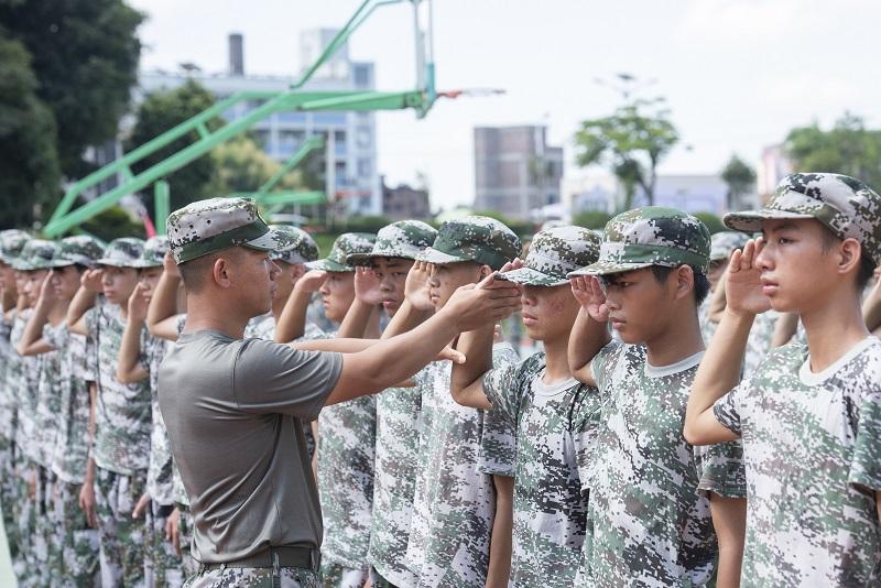 9、2021年8月28日,广西梧州商贸学校2021级2200多名学生正在学校操场上开展为期一周的军训。(何华文)