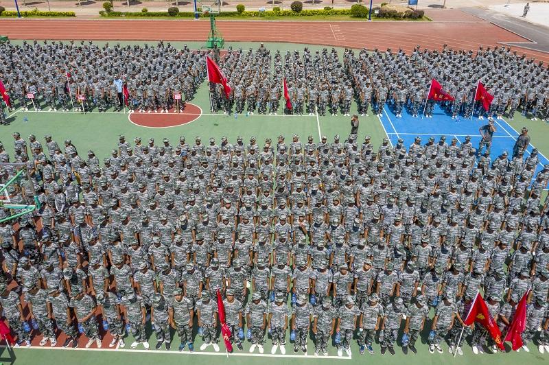 11、2021年8月28日,无人机航拍广西梧州商贸学校2021级2200多名学生正在操场军训。(何华文)