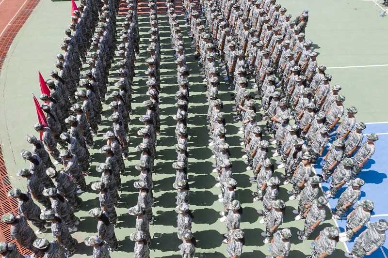12、2021年8月28日,无人机航拍广西梧州商贸学校2021级2200多名学生正在操场军训。(何华文)