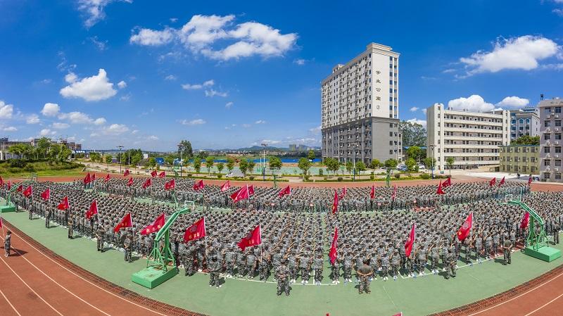 13、2021年8月28日,无人机航拍广西梧州商贸学校2021级2200多名学生正在操场军训。(何华文)