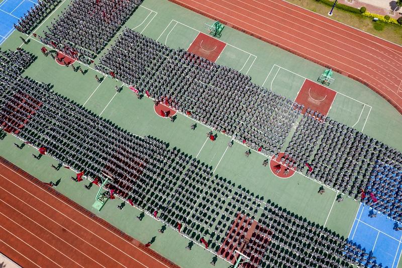 14、2021年8月28日,无人机航拍广西梧州商贸学校2021级2200多名学生正在操场军训。(何华文)