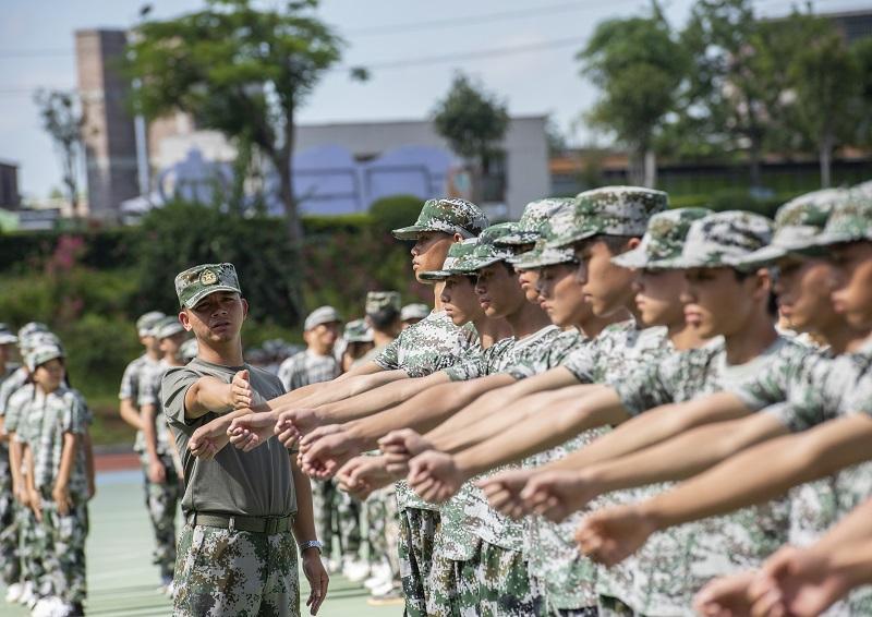 15、2021年8月28日,广西梧州商贸学校2021级2200多名学生正在学校操场上开展为期一周的军训。(何华文)