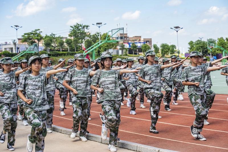 16、2021年8月28日,广西梧州商贸学校2021级2200多名学生正在学校操场上开展为期一周的军训。(何华文)