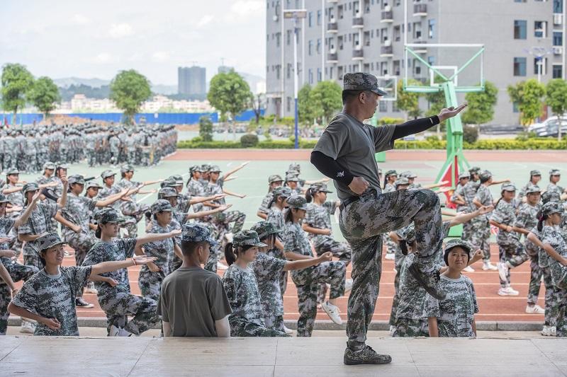 17、2021年8月28日,广西梧州商贸学校2021级2200多名学生正在学校操场上开展为期一周的军训。(何华文)