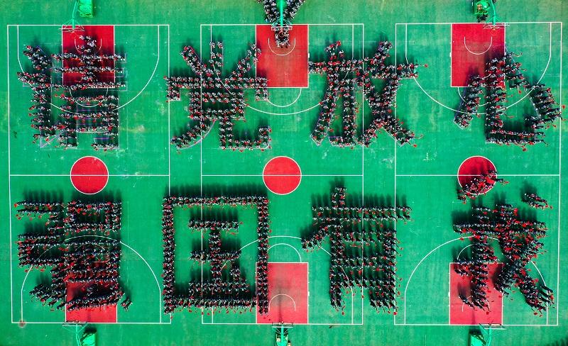 """1、2021年9月1日,广西梧州商贸学校2000多名新生在操场上摆成""""请党放心,强国有我""""字样和心型图案,以奋进姿态开启新学年新征程。"""