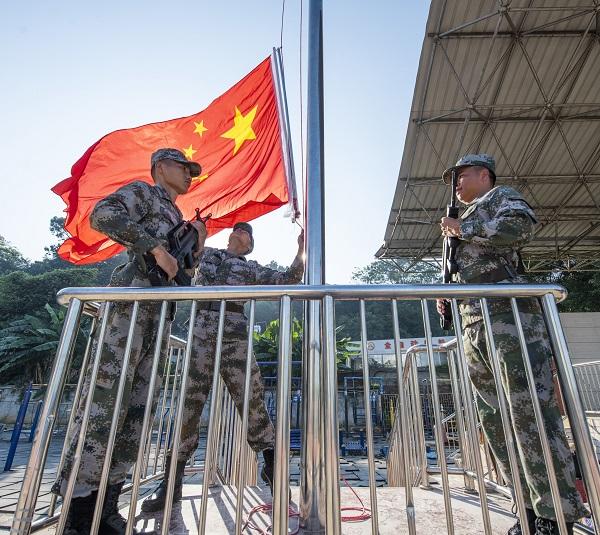 2021年9月1日,广西梧州商贸学校全校师生参加庄重的升国旗仪式。