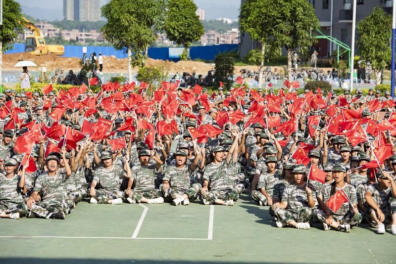 2021年9月1日,广西梧州商贸学校新生们认真聆听国防形势教育专题讲座。