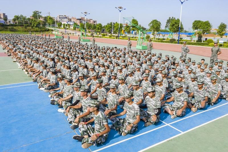 2021年9月1日,广西梧州商贸学校新生在认真聆听国防形势教育课。