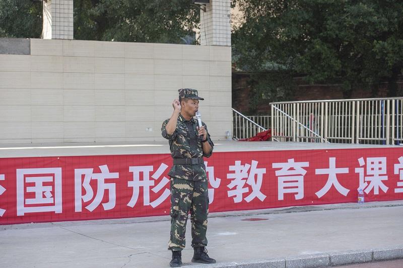 2021年9月1日,军训教官在广西梧州商贸学校国防形势教育大课堂上给新生们做专题讲座 。