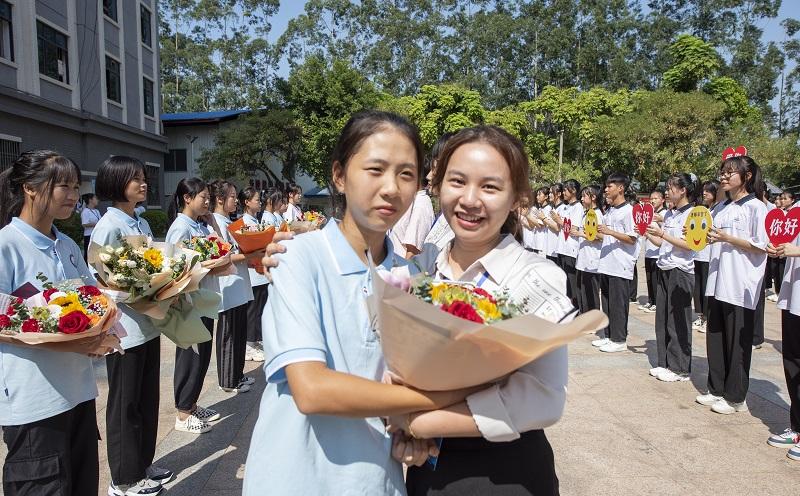 9月9日,广西梧州商贸学校的新生把漂亮的鲜花送给老师,表达对老师的尊敬、爱戴和感谢 。
