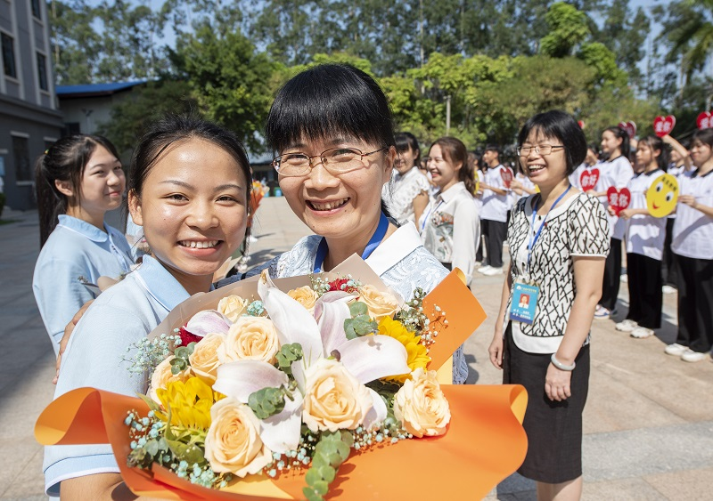 9月9日,广西梧州商贸学校的新生把漂亮的鲜花送给老师,表达对老师的尊敬、爱戴和感谢