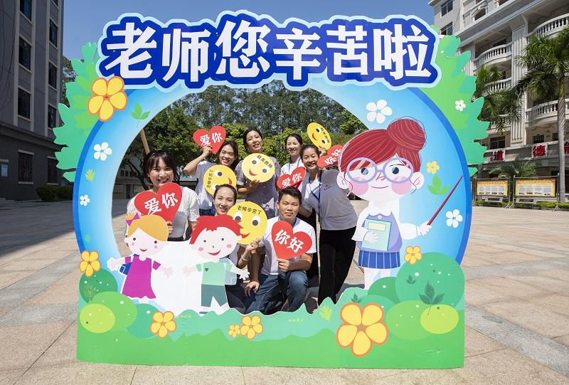 9月9日,广西梧州商贸学校的新生代表和老师同框合影,共贺教师节,表达对老师的尊敬、爱戴和感谢。
