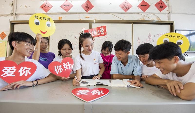 9月9日,广西梧州商贸学校的新生代表和老师在教室互动,庆贺教师节,表达对老师的尊敬、爱戴和感谢 。