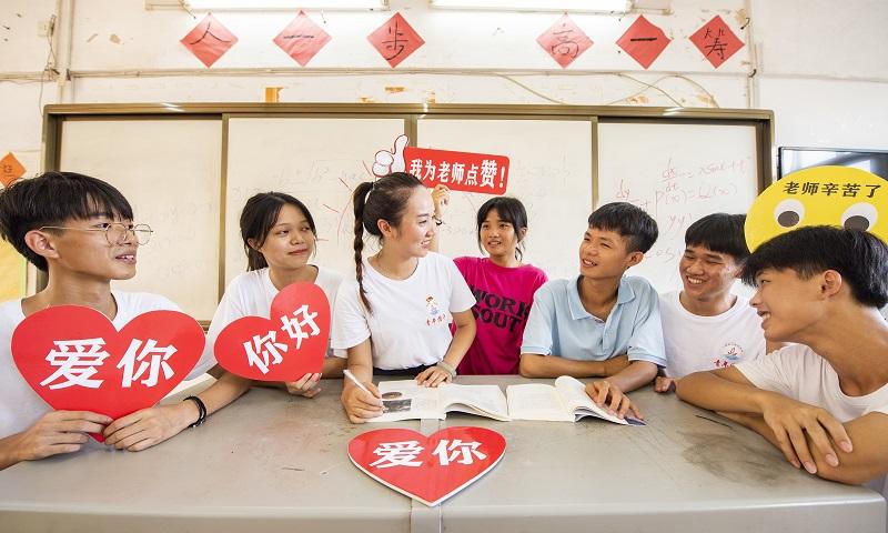 9月9日,广西梧州商贸学校的新生代表和老师在教室互动,庆贺教师节,表达对老师的尊敬、爱戴和感谢。