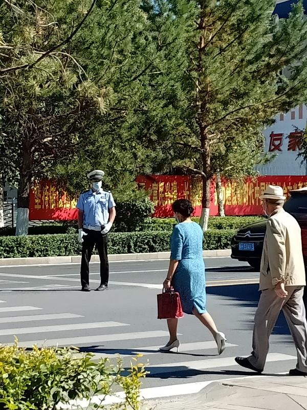 这是2021年9月12日星期天午后在新疆阿勒泰地区山城阿勒泰市拍摄的街景。 (1)