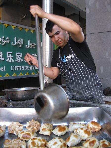 正在烤包子的买买提江·托合提 (1)