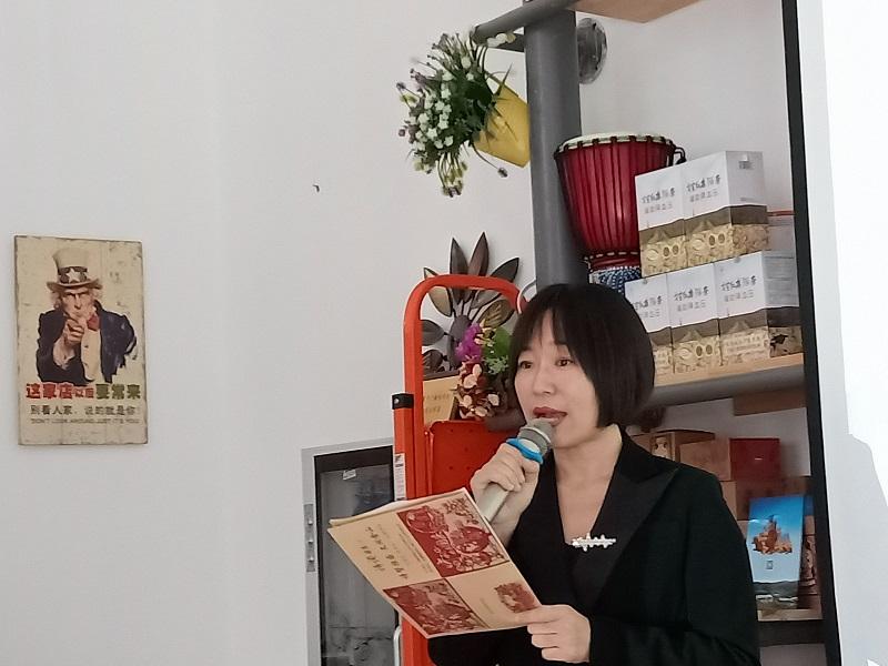 """这是9月19日拍摄的新疆阿勒泰地区文学艺术界联合会在克兰春天书苑举办""""迎国庆 度中秋""""主题诗会的活动现场 (1)"""